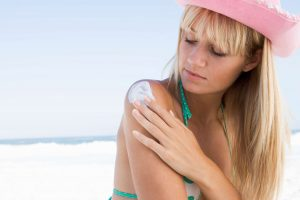 applying sunscreen to prevent sunburn